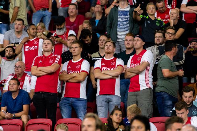 We kijken hier zo verveeld omdat de Ajaxshow voor een kwartiertje stil ligt...
