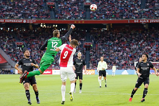 Gelukkig raakt de keeper de bal, anders was Huntelaar een vraagteken voor Kiev...