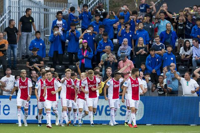 Op een of andere manier hebben er altijd veel Aziaten kaartjes voor VVV - Ajax...