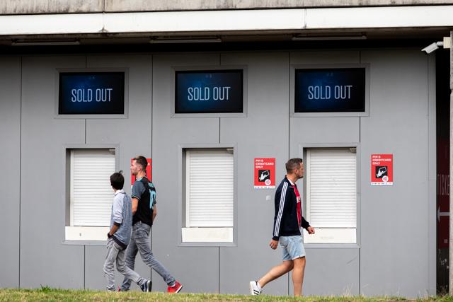 Het bordje met 'uitverkocht' hangt al enige tijd aan de deur van de JC Arena