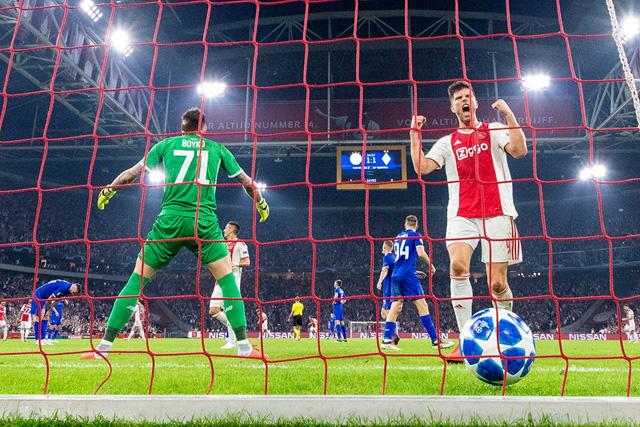 Opnieuw een mazzeltje, maar wat geeft het? Ajax weer aan de goede kant van de score!