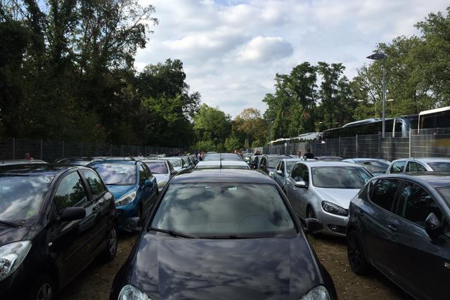 Verspreid over bus en auto melden zich 550 Ajacieden bij de poort van het uitvak