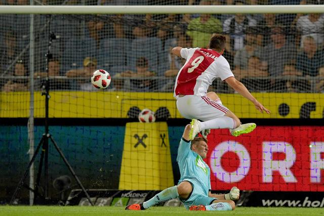 Nogmaals Huntelaar, daar is de derde goal. Score wordt opgevoerd!