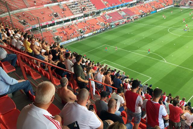 De tribunes van het stadion zijn onwijs steil, nog steiler dan uit de foto blijkt