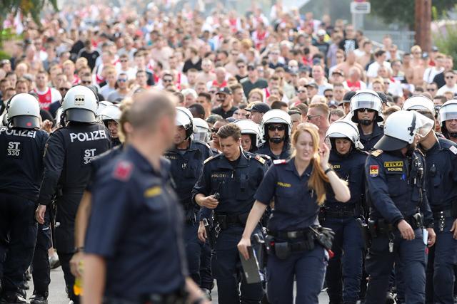 Ze zijn in Oostenrijk niet te beroerd om wat agenten op te trommelen...