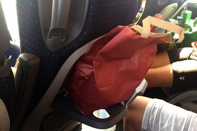 Gelukkig liggen er in de bussen lunchpakketten op ons te wachten tegen de trek!