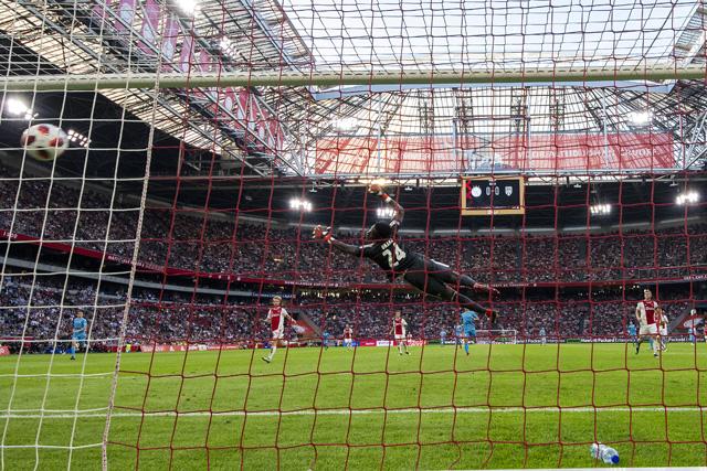 Wat is het toch dat tegenstanders zo vaak wereldgoals maken tegen Ajax?