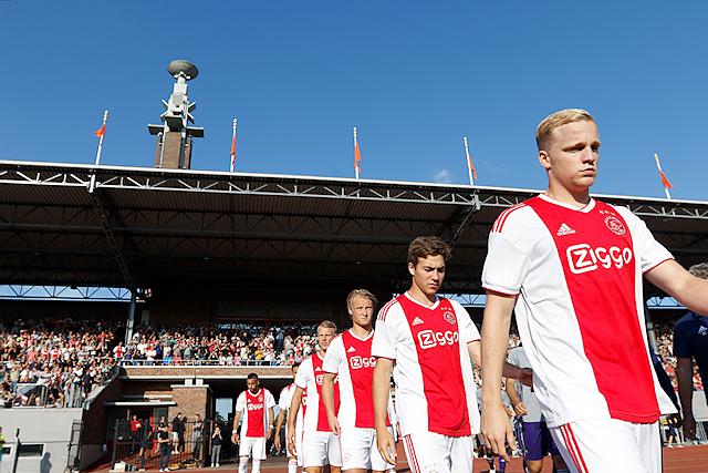 Iconisch beeld: Ajax betreedt het veld met de marathontoren op de achtergrond
