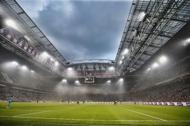 Terwijl de rook wegtrekt, blijkt dat Ajax heel aardig aan de wedstrijd begint