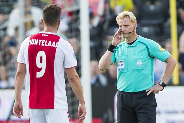 Huntelaar raadt de scheidsrechter aan om eventjes tv te kijken...