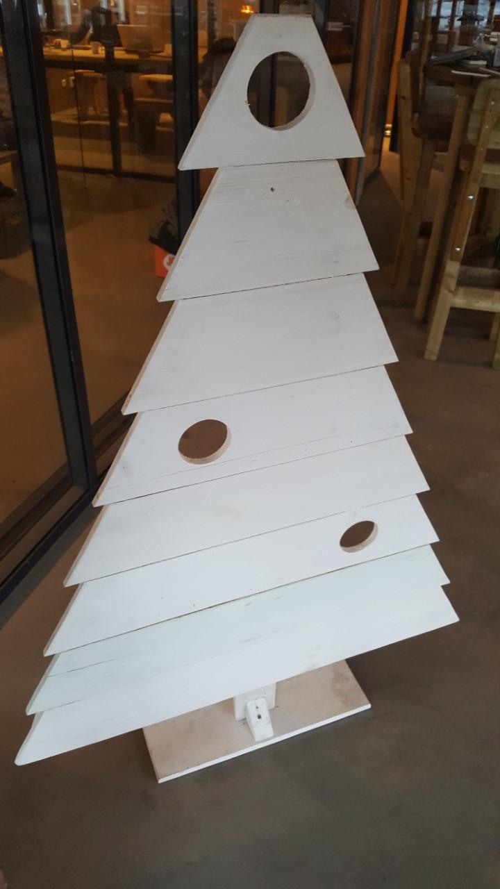 Leuke houten kerstboom vekrijgbaar in blank hout en wit gespoten.    hoog 134cm   breed 100cm   wit gespoten ...