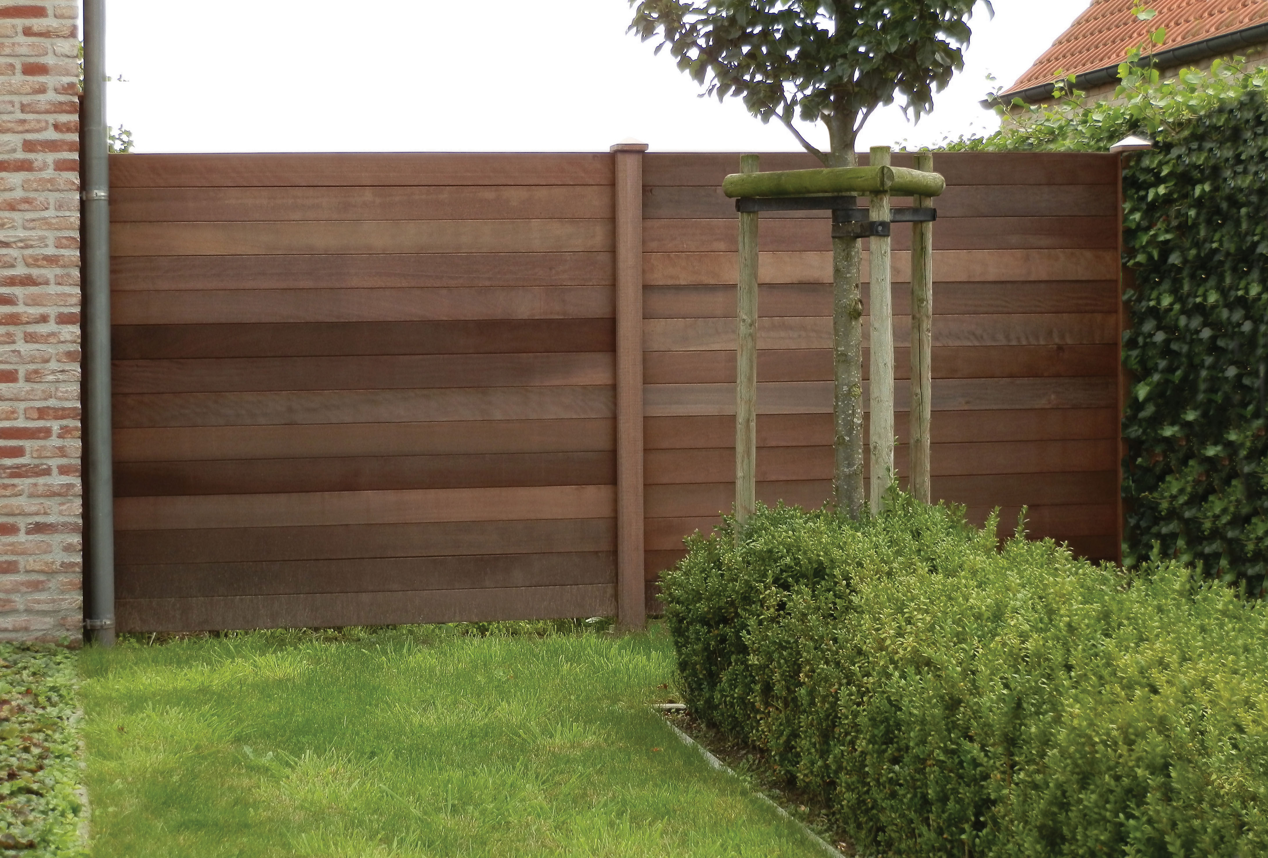 Een plank van itauba hout. geschikt voor het opbouwen van een windscherm, bestaande uit 13 planken. specifica...
