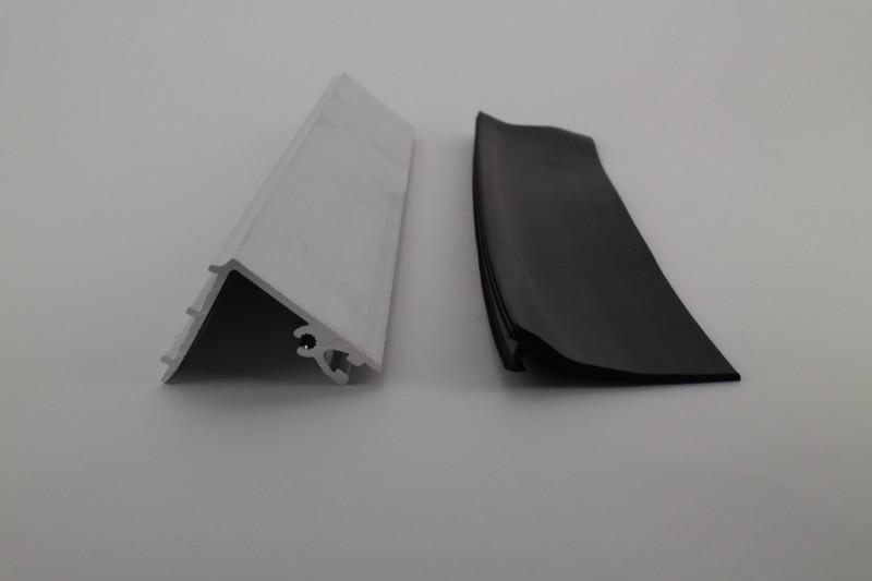 Muuraansluitprofiel met zwart afsluitrubber 4m