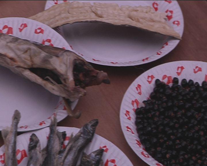 Forarbejdet grønlandsk mad på brættet