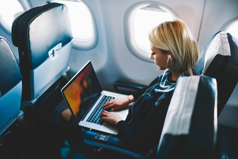 10 modi per trascorrere il tempo in aereo