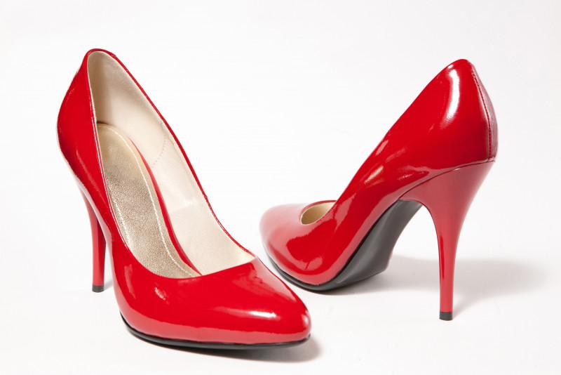 Come abbassare il tacco di un paio di scarpe