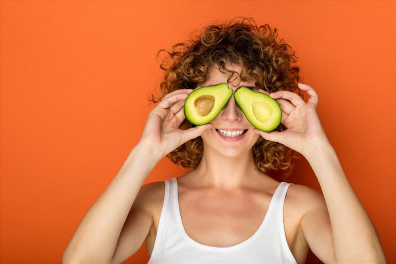 Come realizzare una maschera all'avocado per capelli sfibrati