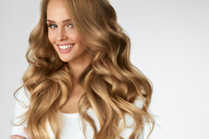 Come trasformare i capelli da ricci a mossi