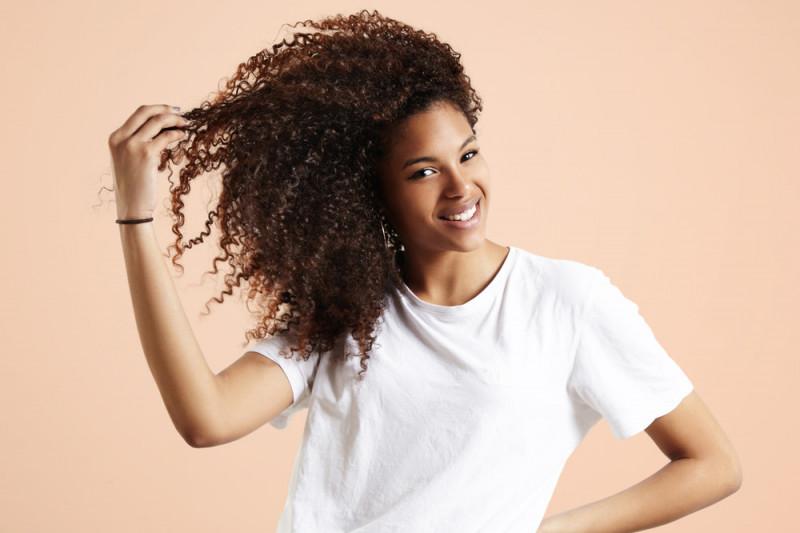 Come asciugare i capelli ricci senza diffusore