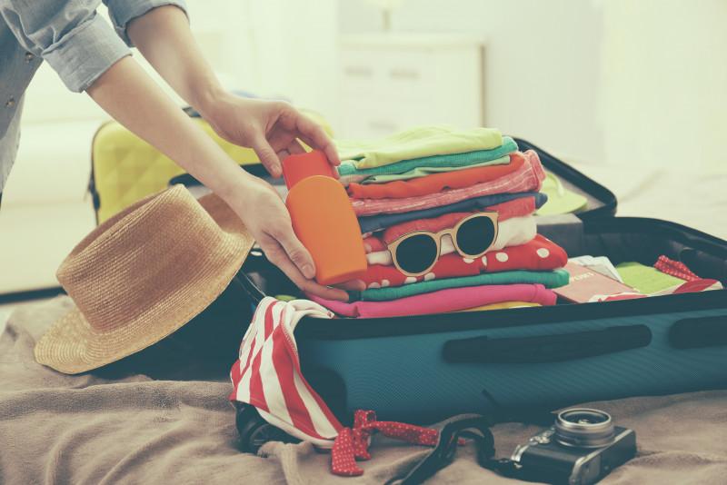 Come piegare i vestiti a pacchetto e occupare poco spazio in valigia