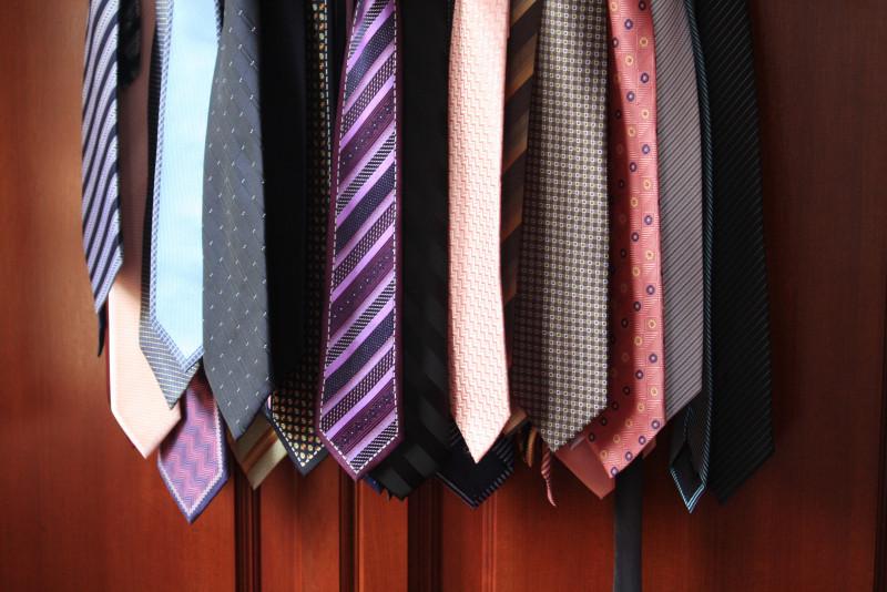 Come scegliere la cravatta per un completo nero