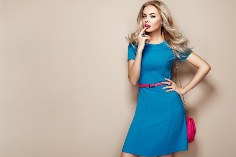 Come abbinare un vestito blu elettrico  04c2c9dbaaa