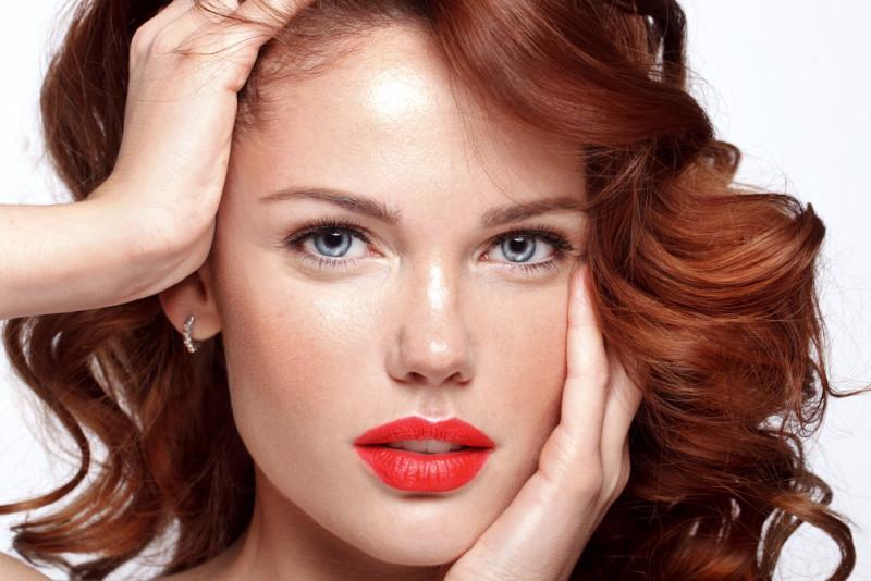 Come eliminare i riflessi rossi dai capelli