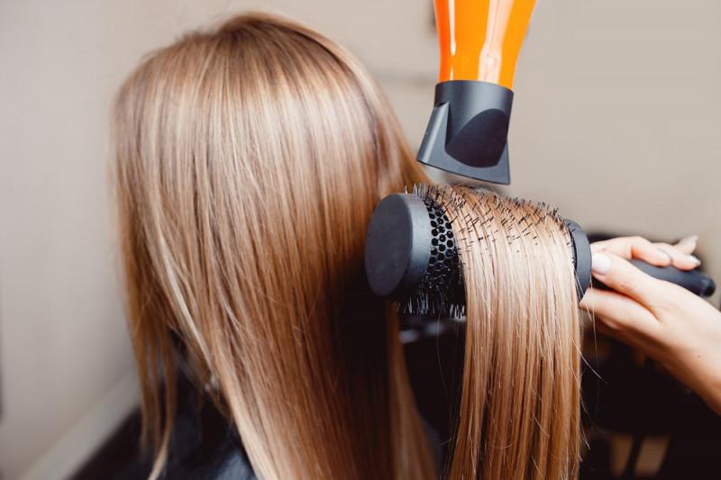 Come stirare i capelli con spazzola e phon