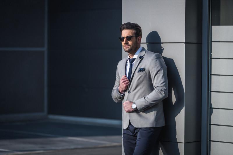 abbinare giacca grigia a quadri uomo
