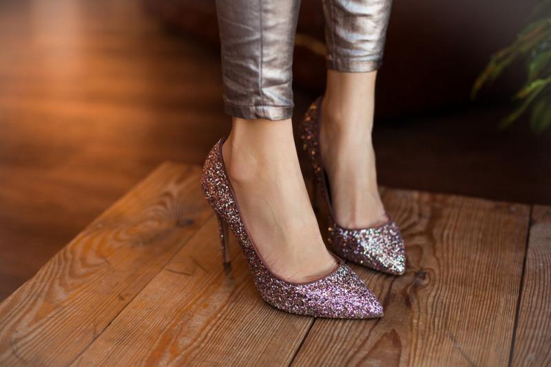 Come fissare i glitter sulle scarpe