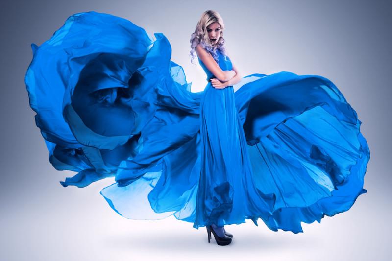 Come scegliere gli accessori per un vestito blu