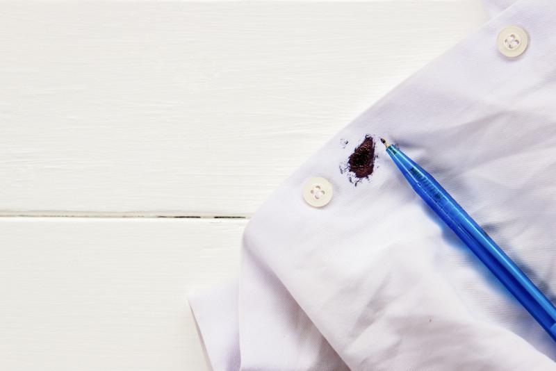 Come eliminare le macchie di biro dai vestiti