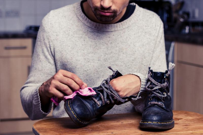 Come togliere le macchie di olio dalle scarpe