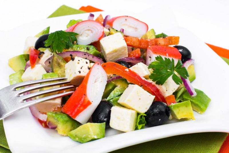 Come preparare un'insalata di surimi
