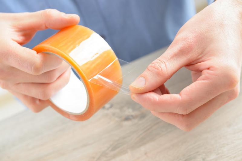 Come eliminare i residui lasciati da nastri adesivi