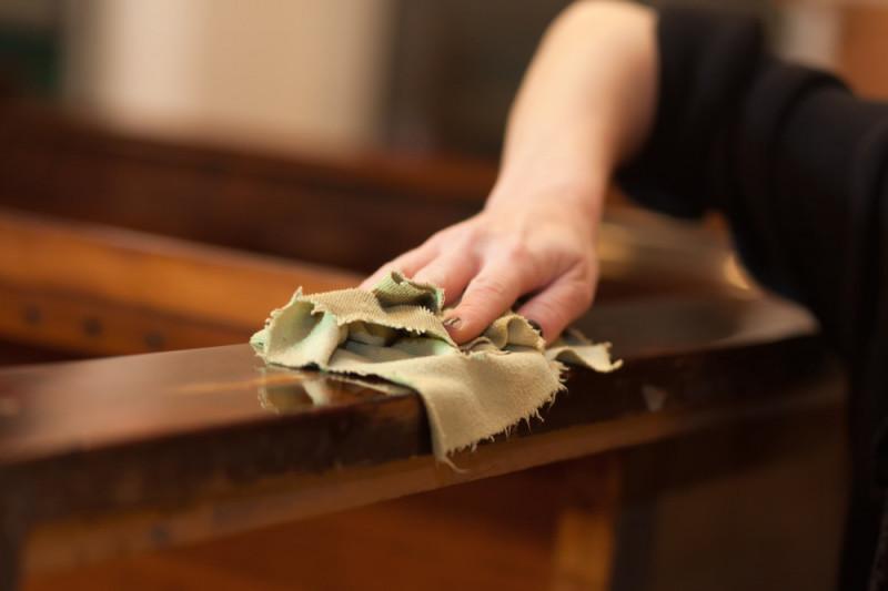 Come eliminare le macchie dal legno