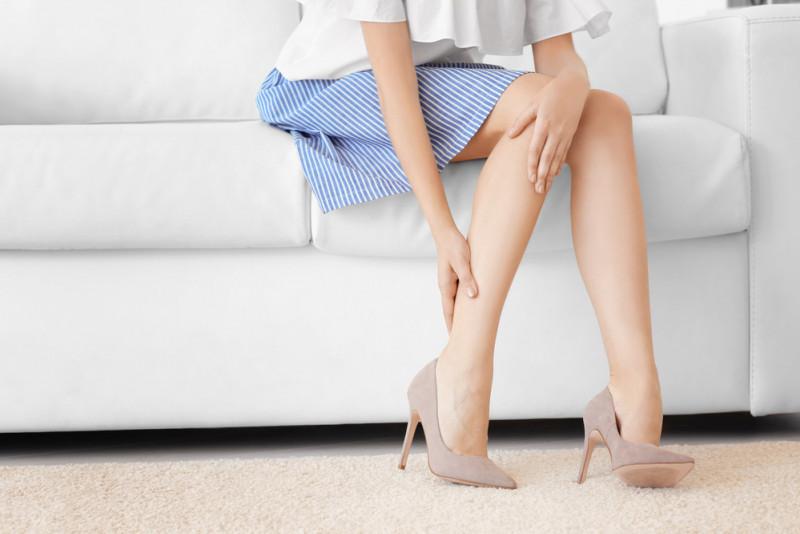 Come prevenire il dolore alle gambe se si sta molto in piedi