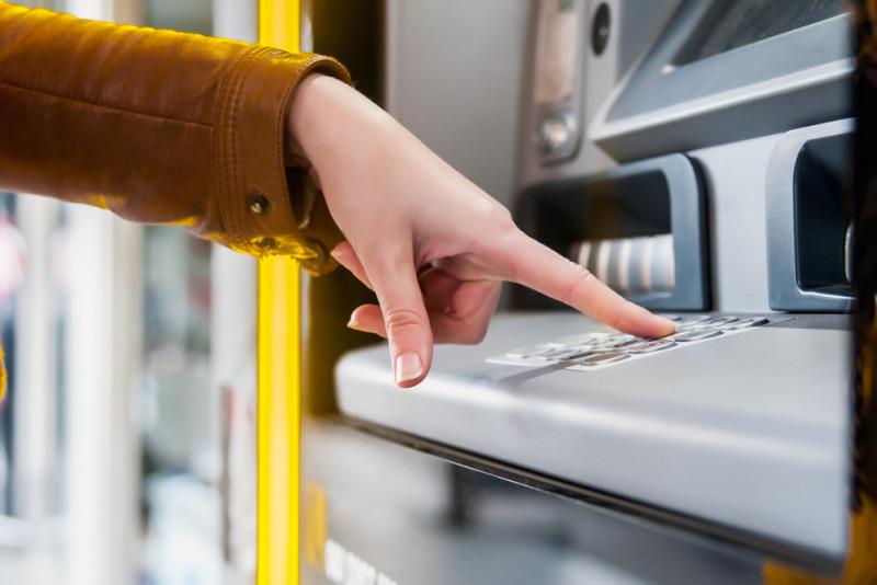 Come comportarsi se lo sportello del bancomat trattiene la tua carta