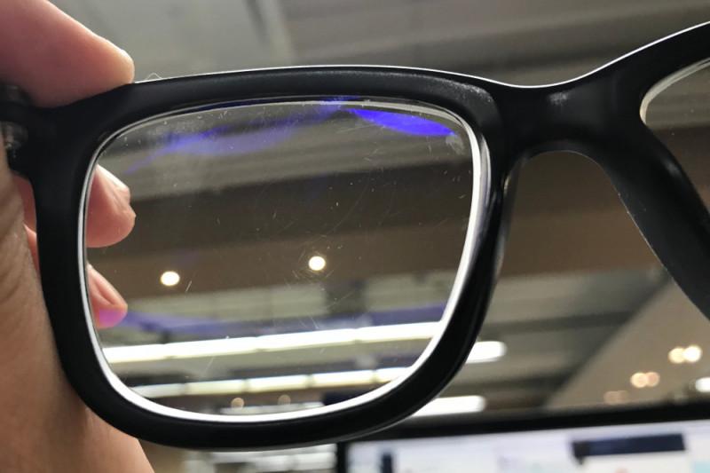 Come rimuovere i graffi dalle lenti degli occhiali