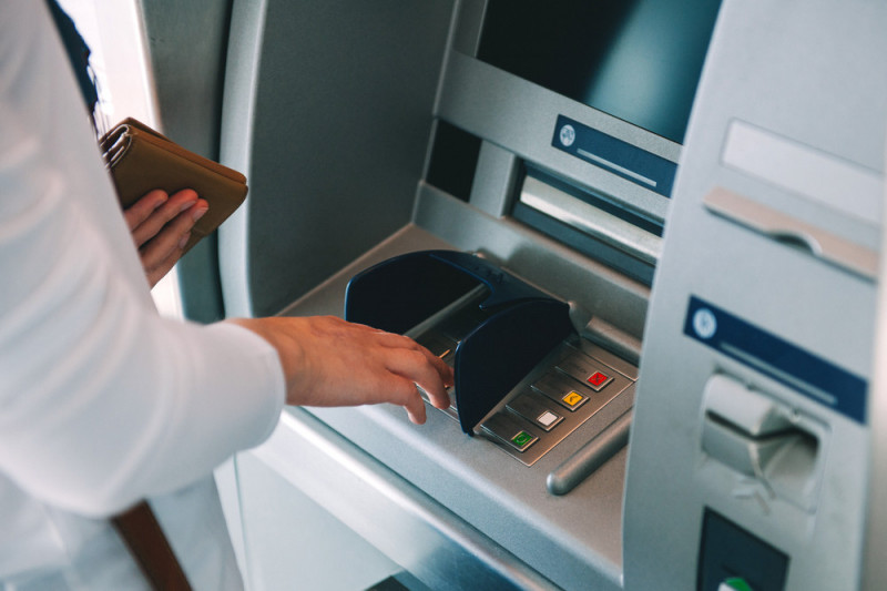 Come versare un assegno al bancomat