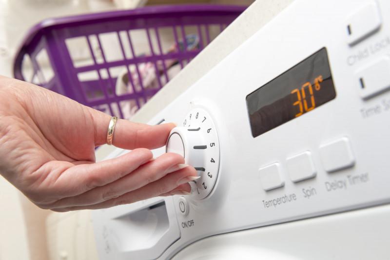 Come fissare l'asciugatrice sopra la lavatrice