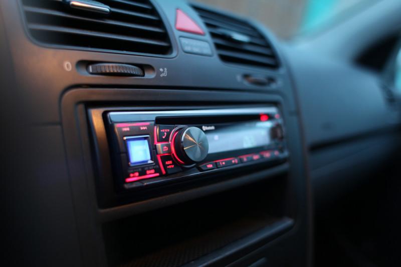 Come smontare un'autoradio senza chiavi