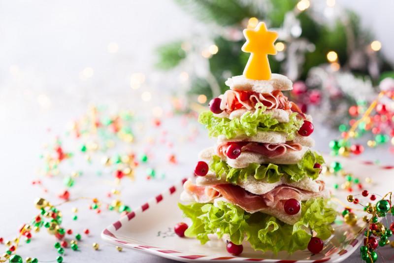 Come realizzare un albero di Natale con i tramezzini