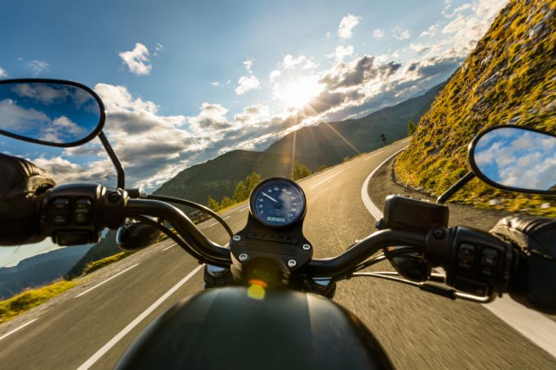 Come guidare la moto in montagna