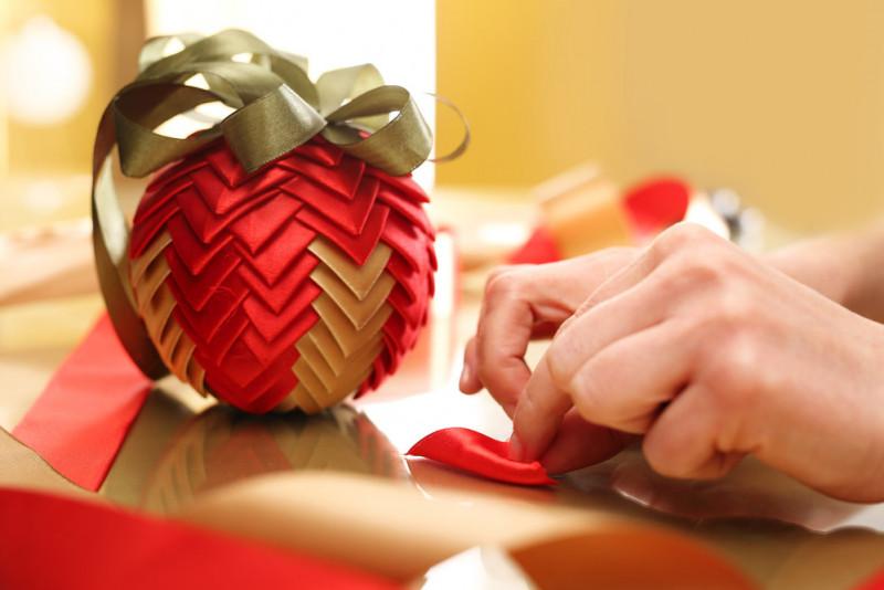 Come decorare le sfere di Natale in polistirolo
