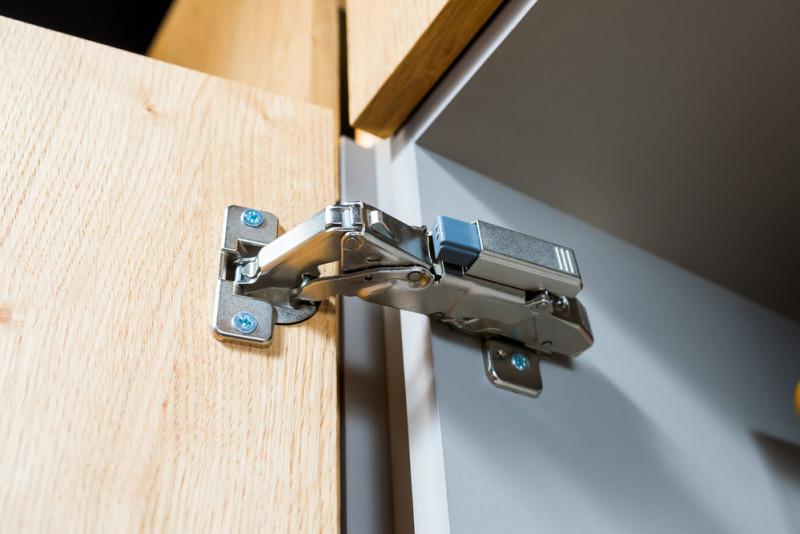 Come regolare le cerniere delle porte interne