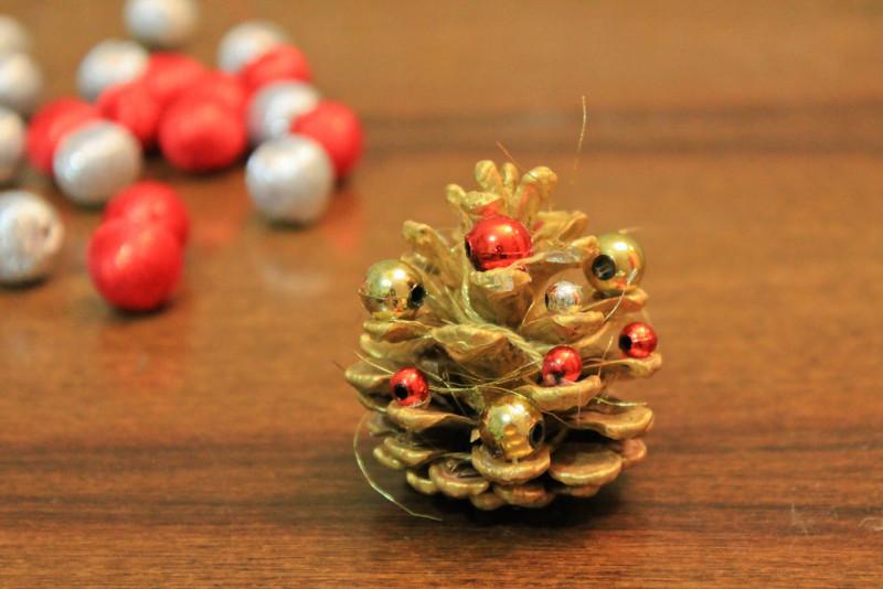 Come fare addobbi per l'albero di Natale con le pigne