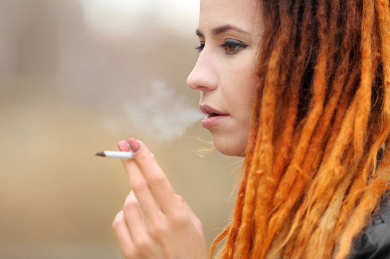 Come eliminare l'odore di fumo dai capelli