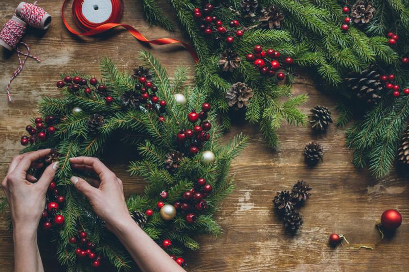 Come fare una ghirlanda natalizia con una gruccia