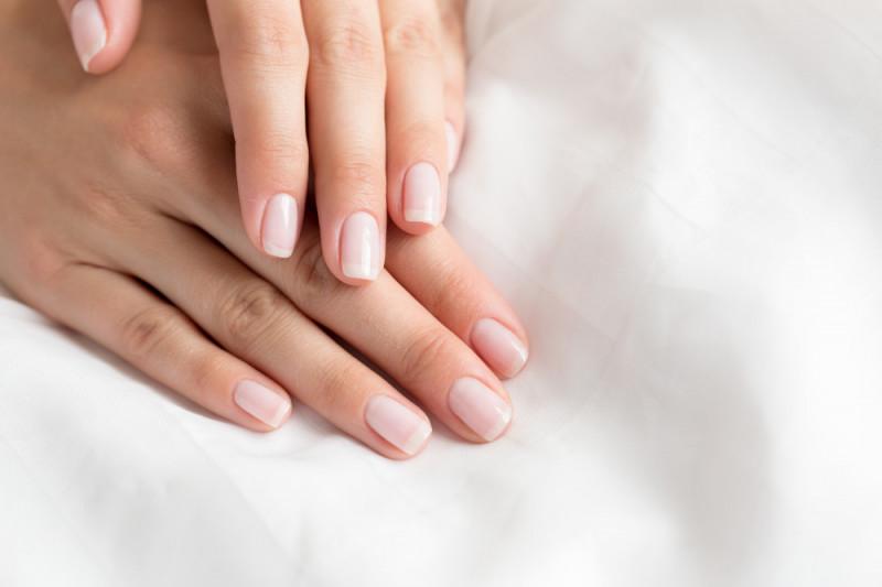 Come ottenere unghie lucide e resistenti senza applicare lo smalto